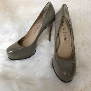 Pour La Victoire Gray Round Toe Leather Pumps 10